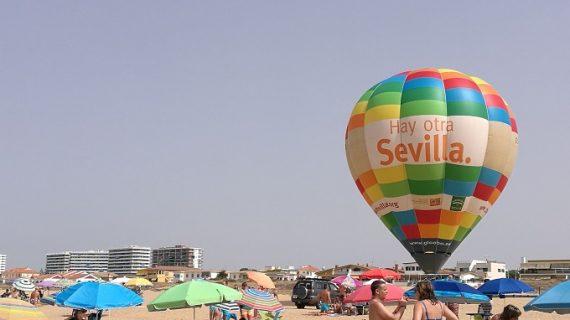 El globo 'Hay otra Sevilla' cumple once años recorriendo las costas andaluza y portuguesas
