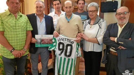 El Betis homenajea a Juan de la Cruz Gabilondo en Vitoria