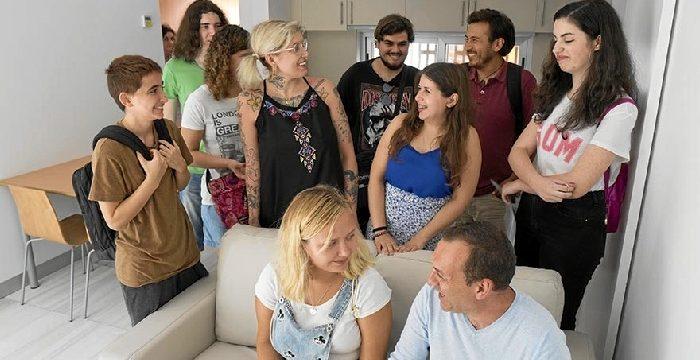 La Universidad de Sevilla entrega a un grupo de estudiantes 11 viviendas inclusivas