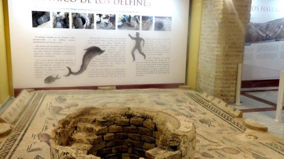 Expertos exponen en Cantillana el proceso de restauración del mosaico romano de la Casa de los Delfines