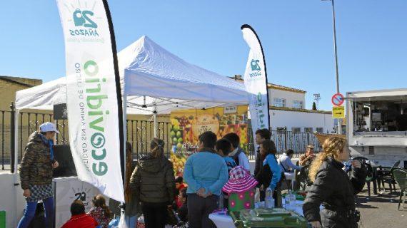 Osuna fomenta el reciclaje de vidrio con una campaña de concienciación en el mercadillo