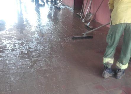 Los servicios de emergencia prosiguen las labores de limpieza y achique en los municipios afectados por el temporal en Sevilla