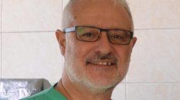 El doctor Juan Carlos Gómez, de Sevilla a África y Asia para reducir la mortalidad por hernia
