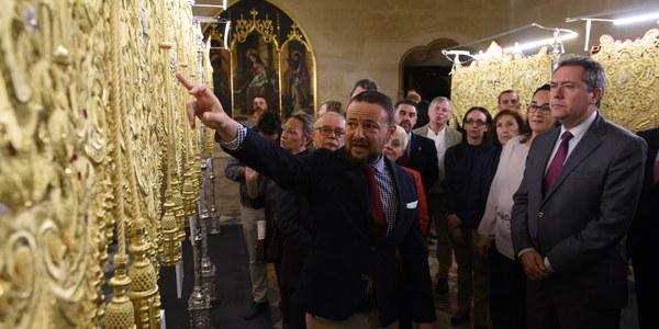El edificio del Ayuntamiento acoge la exposición del nuevo palio de la Hermandad de San Pablo