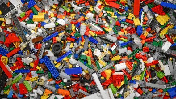El Pabellón de la Navegación acoge la exposición 'Travelling Bricks', con 120 obras de Lego