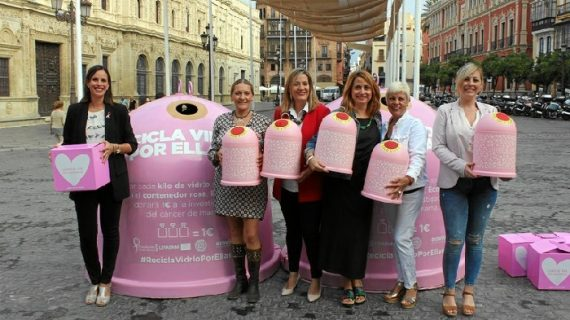 Sevilla instala 10 contenedores de vidrio rosas para recaudar fondos por el cáncer de mama