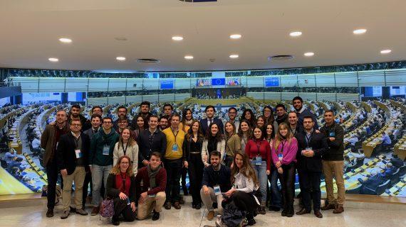 Un grupo de jóvenes sevillanos visita el Parlamento Europeo con la Fundación Alberto Jiménez-Becerril
