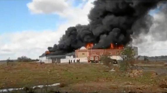 Controlado el incendio de unas naves en el polígono Cuchipanda de Alcalá de Guadaíra