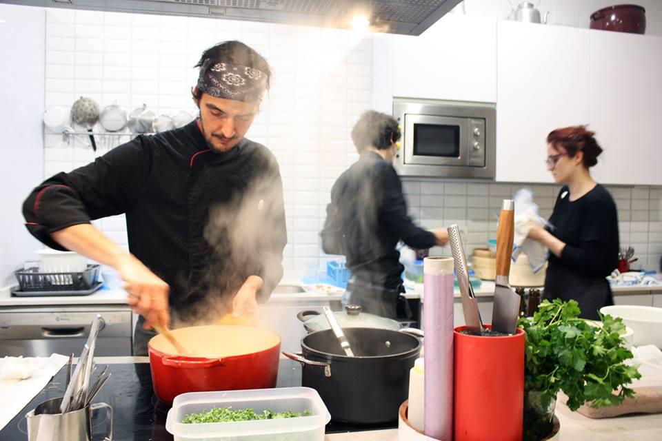 El chef Óscar P. Crespo, en la cocina abierta de KÖk Tu Cocina. / Foto: KÖk Tu Cocina.