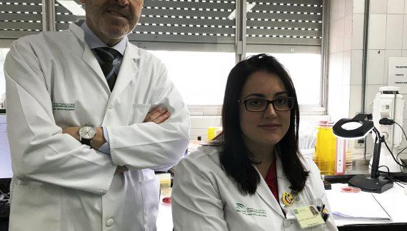 La especialista en Microbiología del Hospital Macarena, Mercedes Delgado, recibe el contrato de investigación Juan Rodes