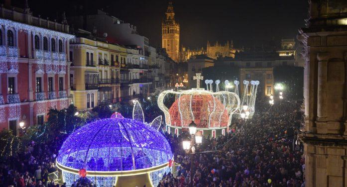 Las coronas de los Reyes Magos llenan la Plaza de San Francisco de luz