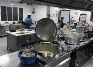 Preparación del menú en el Comedor social del Pumarejo el 24 de diciembre. / Foto: Fermín Cabanillas.
