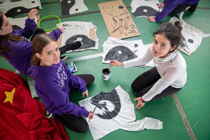 En la imagen, alumnas del colegio, preparando su participación en estas jornadas.