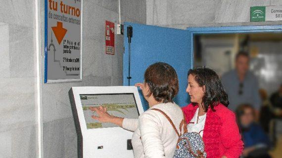 El Virgen del Rocío instala dispositivos digitales que mejoran la gestión de las salas de espera
