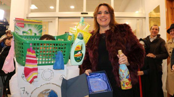 El disfraz de lavadora del joven Arturo Pineda, ganador del concurso de Nochevieja de El Viso