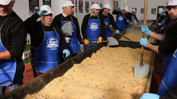 Lora del Río se promociona en Fitur con su feria y sus migas gratis