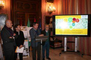 El alcalde de Sevilla, Juan Espadas, en la presentación de estos proyectos, junto al delegado de Hábitat Urbano, Turismo y Cultura, Antonio Muñoz; el delegado de Bienestar Social y Empleo, Juan Manuel Flores; y el gerente de Emvisesa, Felipe Castro.