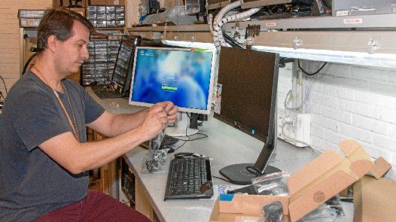 El Virgen del Rocío incorpora 140 equipos informáticos