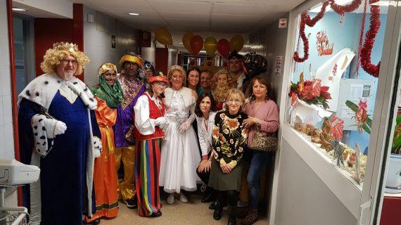 Los Reyes Magos visitan a los pacientes del Hospital Virgen del Rocío