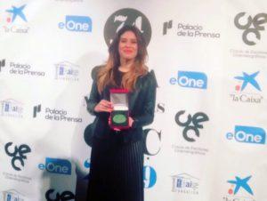La directora Paola García Costas mostrando su premio.