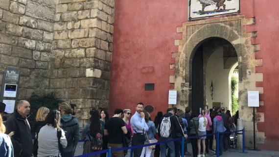 Los sevillanos responden en masa a la oferta de entradas gratis para visitar el Alcázar