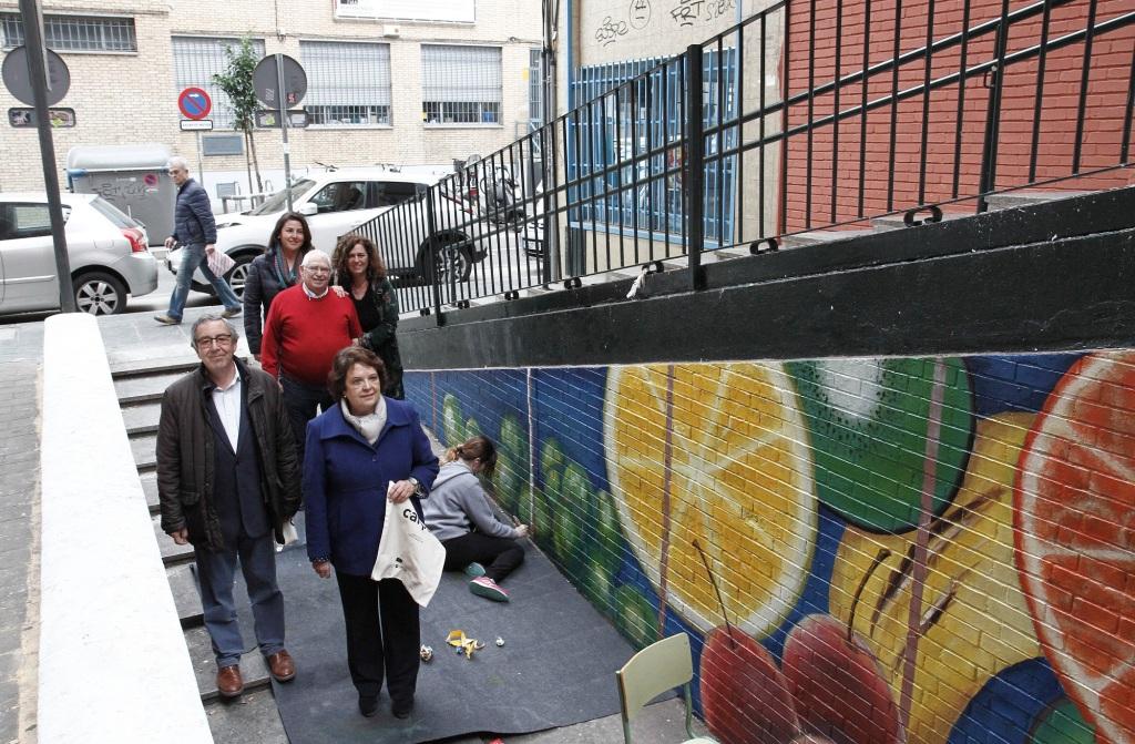 Estudiantes del IES Politécnico  de Sevilla pintan murales del mercado de Los Remedios