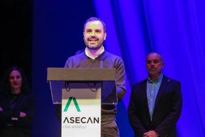 Alejandro Ávila recogiendo el Premio Asecan Libro de Cine.
