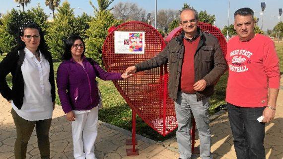 Arahal recoge tapones de plástico para ayudar a Ángela, una niña con parálisis cerebral