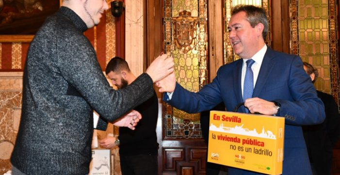 Juan Espadas entrega las llaves de las primeras 33 nuevas viviendas de una promoción de Emvisesa