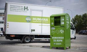 En la imagen, un contenedor de Humana y uno de sus vehículos de transporte.