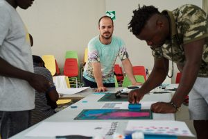 En la imagen, en uno de sus talleres sociales de integración a través de la estampa.