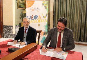 El delegado de Bienestar Social y Empleo, Juan Manuel Flores, y el gerente de Contursa-FIBES, Jesús Rojas, durante la firma del convenio.