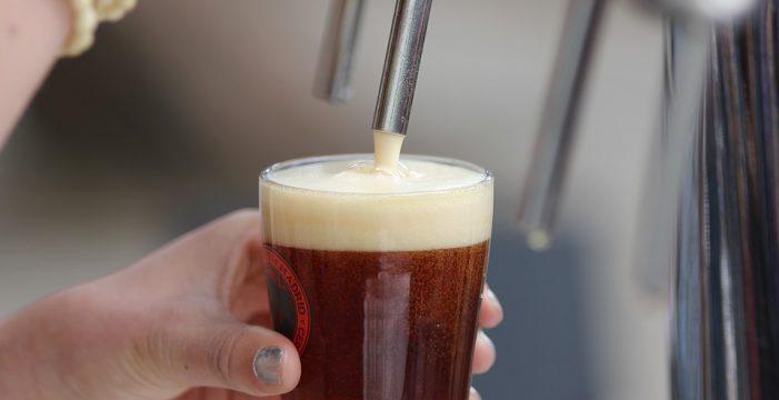 El taller '¡Una cerveza por favor!' indaga en la historia y la elaboración de esta bebida