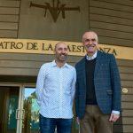 El nuevo director general del Teatro de la Maestranza, Javier Menéndez Álvarez, junto al delegado de Hábitat Urbano, Cultura y Turismo, Antonio Muñoz.