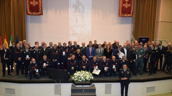 Sevilla reconoce la labor de 64 bomberos por sus años en el servicio