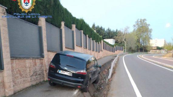 """Resulta ileso tras """"aparcar"""" así su coche en Castilleja de la Cuesta"""