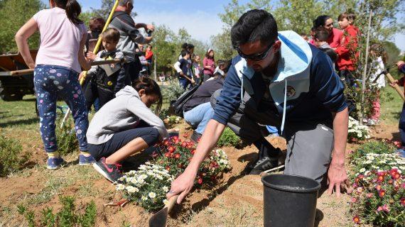 Los vecinos de Cerro Amate participan en una plantación colectiva en el parque