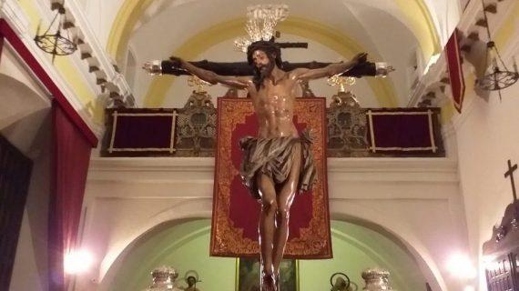 El Cristo de la Conversión, vertical sobre unas andas, aguarda el Vía Crucis del Consejo