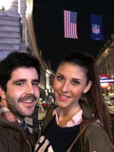 Alejandro Aguilar, con su amiga Mari Carmen, compañera de la universidad, que ahora también vive en Londres.