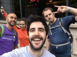 En la imagen con Eva, también sevillana; David, cántabro; y Martin, compañeros de su antiguo hotel, antes de salir a correr.
