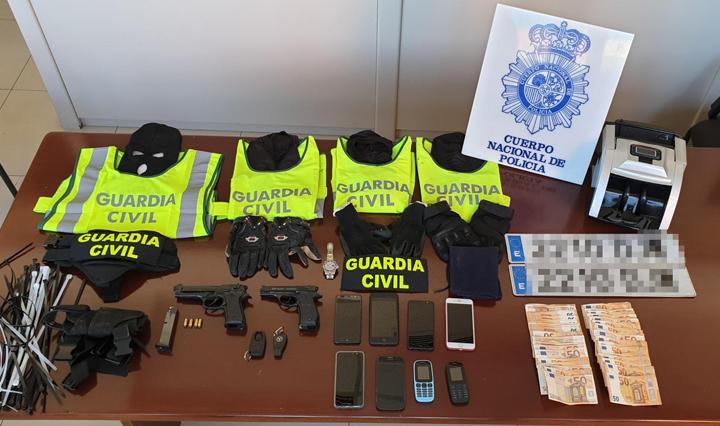 Durante el operativo también se intervinieron dos pistolas detonadoras y 9.800 euros en metálico.