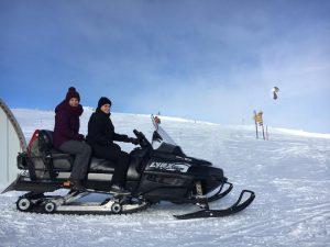 Acudiendo a una obra en moto de nieve porque con las nevadas no había otra forma de acceder.