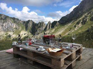 Un picnic suizo en la montaña.