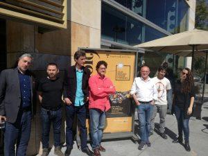 El coordinador del ciclo, Manuel Ferrand, y el director del Teatro Central, Manuel Llanes, con algunos de los músicos del programa 'Música(s) Contemporánea(s)'.