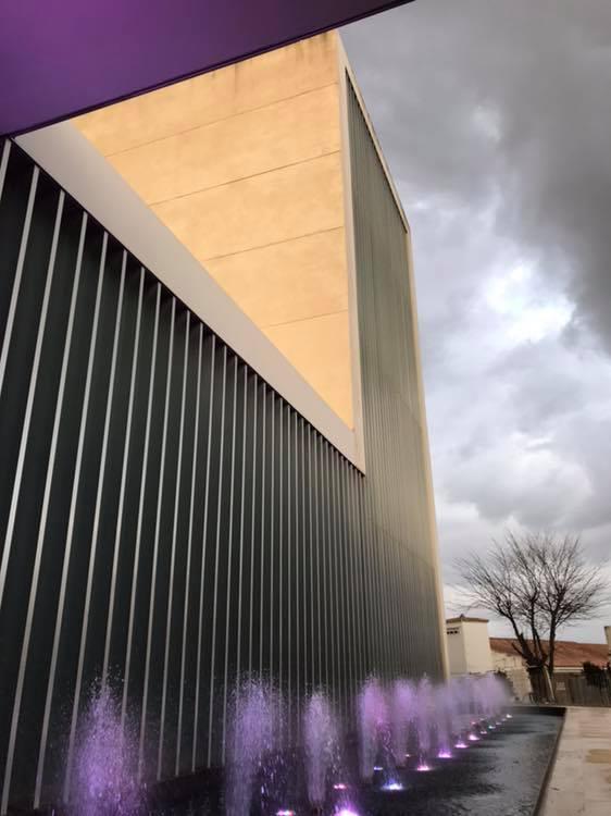 El teatro de Arahal viste de naranja y verde por el día de la Fibrosis Quística