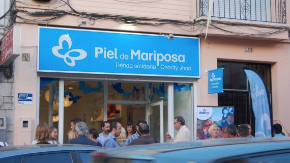 El vuelo de las mariposas y de los volantes de flamenca se unen en solidaridad