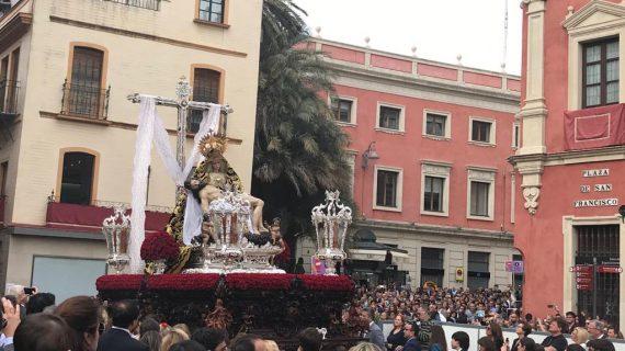 Los sevillanos abarrotan las calles para disfrutar del Sábado Santo