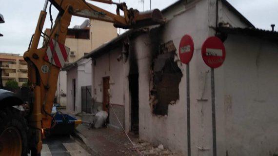 Derribado un edificio de la Macarena ante el peligro de desprendimiento