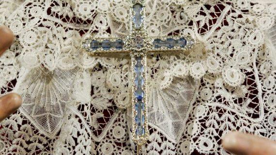 Las hermandades del Jueves regalan un pectoral a la Virgen de los Ángeles por su coronación