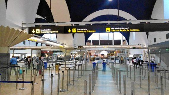 El aeropuerto estrena su zona de control de pasajeros reformada